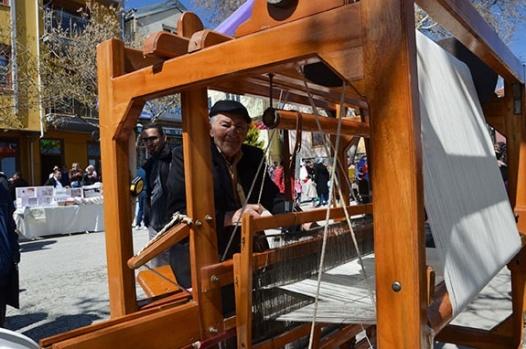 Tekstilciler bornozla zeybek oynadı