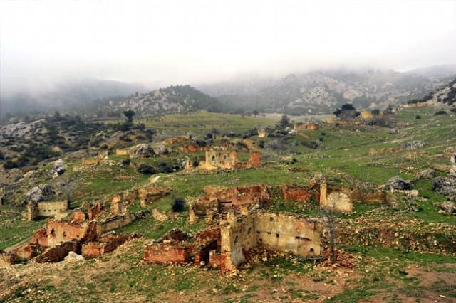 Hazan ve hüzün yüklü yer; Eski Sazak köyü