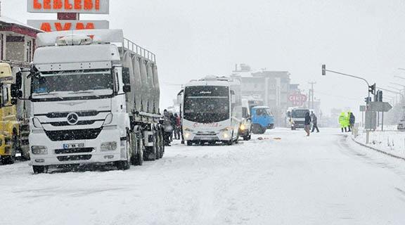 Denizli'de kış, Muğla ve Antalya yollarında trafiği felç etti