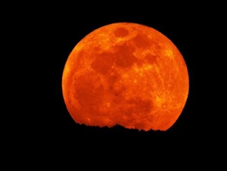 Süper Mavi Kanlı Ay'la fotoğraf çektirmek için şekilden şekle girdiler