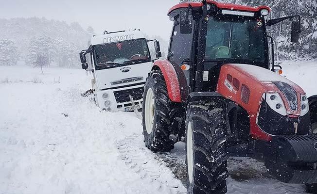 Kar'a saplanan süt tankeri iş makinesiyle kurtarıldı