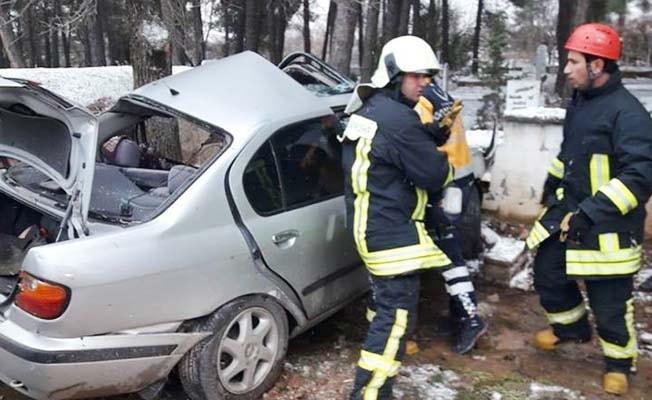Kontrolden çıkıp duvara çarpan otomobil sürücüsü yaşamını yitirdi