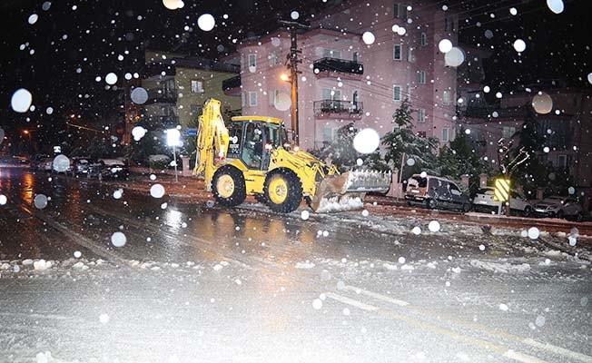 Pamukkale'de ekipler yolların açık kalması için aralıksız çalıştı