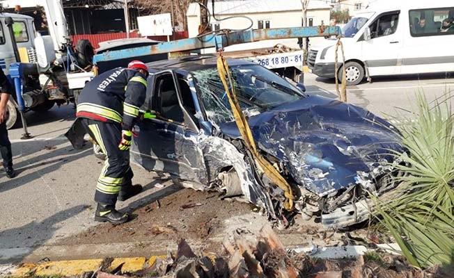 Hurdaya dönen otomobilin sürücüsünü itfaiye kurtardı