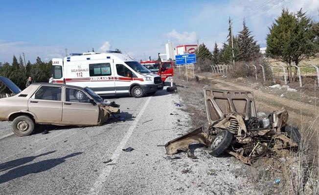 Kazada otomobil ikiye bölündü: 2 yaralı
