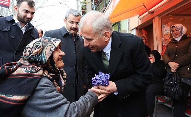 Başkan Zolan Çivril'de mani ve çiçeklerle karşılandı