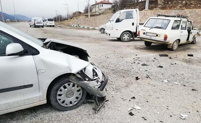 Kavşakta 3 araç kaza yaptı: 1 yaralı