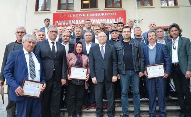 Pamukkale'de görevi sona eren muhtarlara teşekkür plaketi