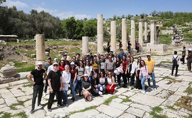 PAÜ Rektörü Bağ, öğrencilerle birlikte Stratonikeia Antik Kentini gezdi