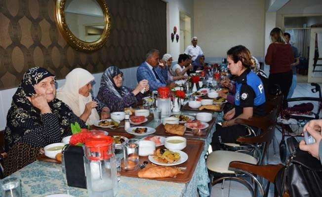 Polis Amca'da huzurevi ve özel eğitim merkezine ziyaret