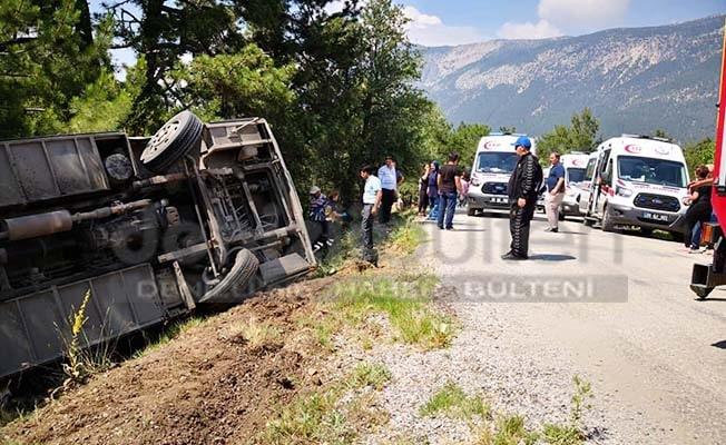 Öğretmen ve öğrencileri taşıyan servis kaza yaptı