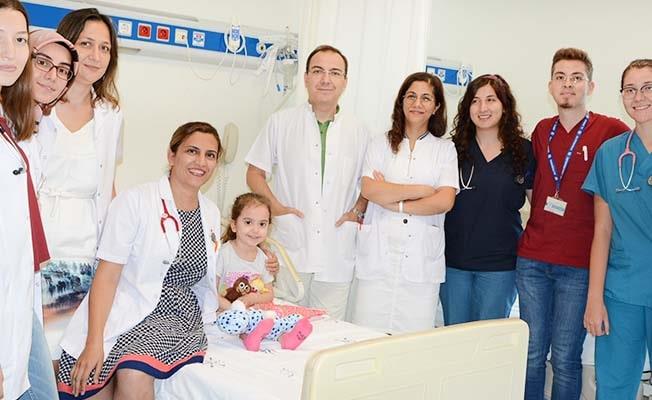 Klinikte tedavi gören çocukları hediyelerle sevindirdiler