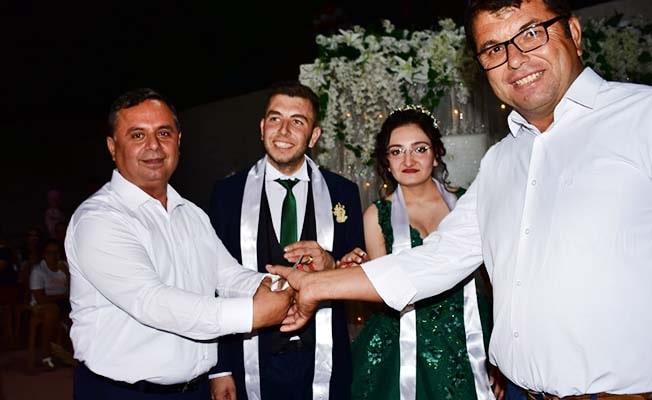 Nişan yüzüklerini Başkan taktı