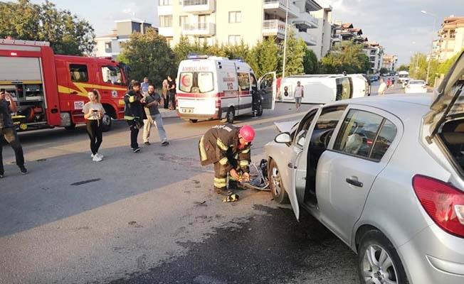 Servis minibüsü ile otomobil çarpıştı: 6 yaralı