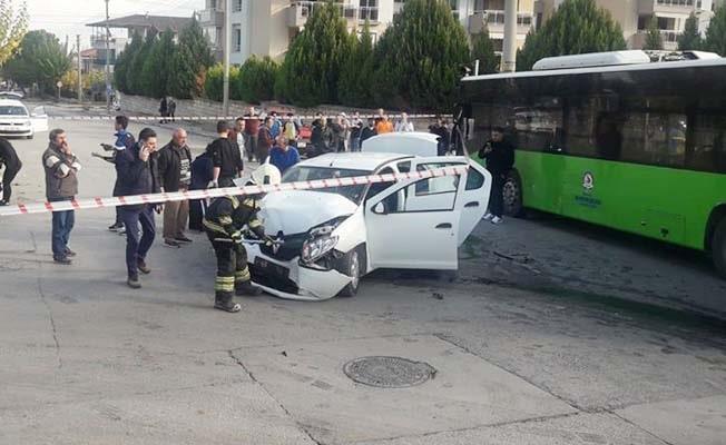 Belediye Otobüsü ile otomobil çarpıştı: 9 yaralı