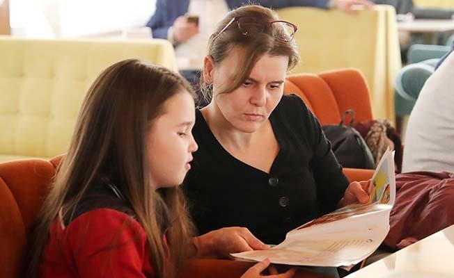 Pamukkale'de aileler kitap okudu