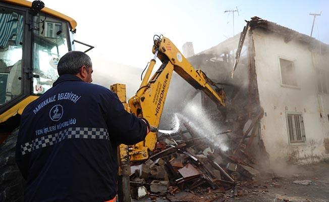 Pamukkale'de metruk binaların yıkımı sürüyor