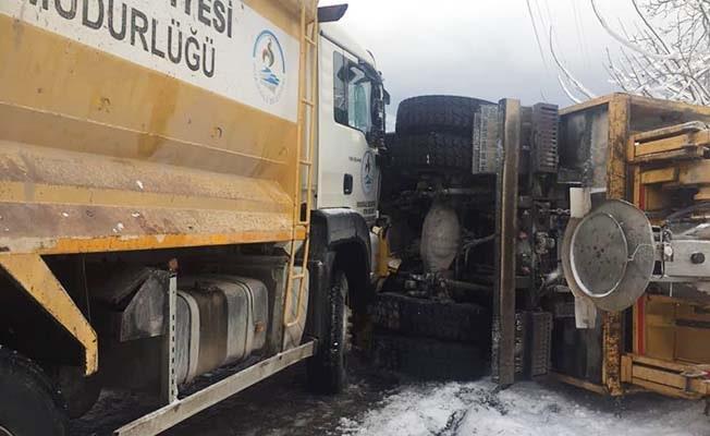 Cankurtaran'da kar küreme aracı devrildi