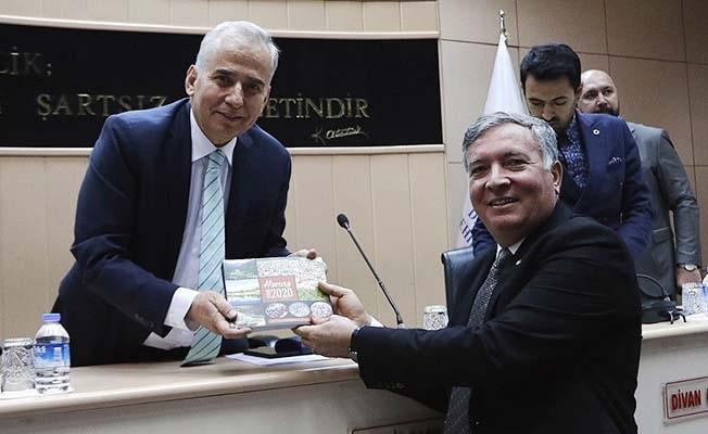 Başkan Zolan ve meclis üyelerine Honaz kitabı