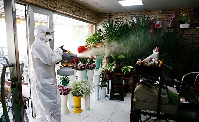 Büyükşehir işyerlerini dezenfekte ediyor