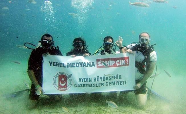 Gazeteciler sualtında pankart açtı: 'Yerel Medyana Sahip Çık'