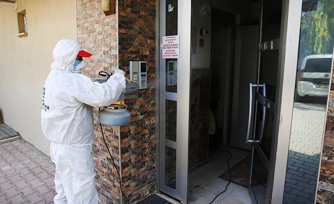 Denizli'de işyerleri ile vaka olan apartmanların ortak kullanım alanları dezenfekte ediliyor