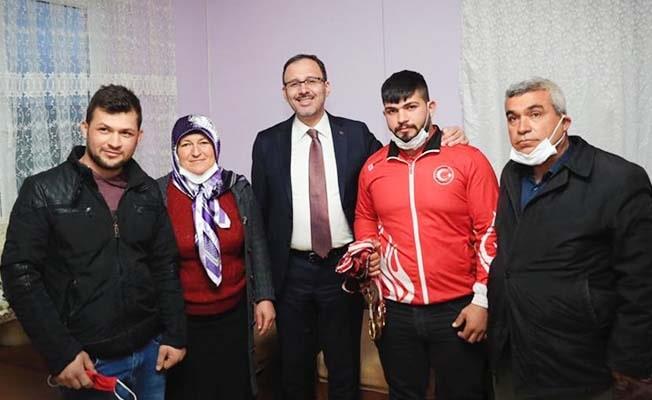 Bakan Kasapoğlu Milli Halterciyi evinde ziyaret etti