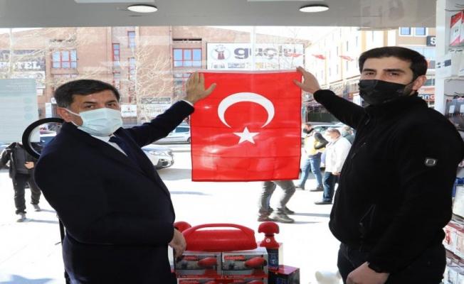 Erzincan'da esnaflara Türk Bayrağı