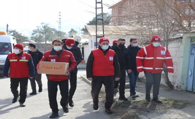 Erzincan'da Türk Kızılayı gıda kolisi dağıttı