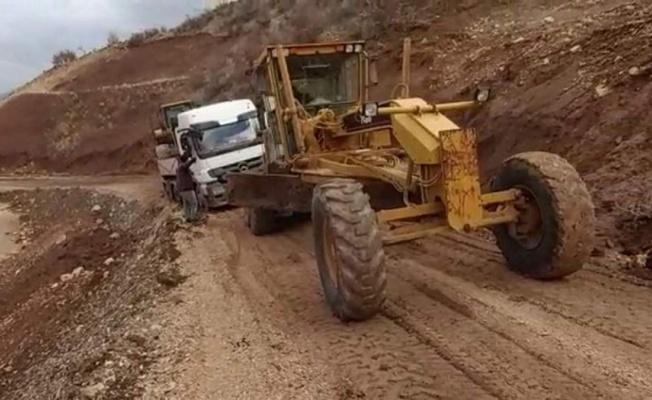 Siirt Eruh'ta çamura saplanan tır kurtarıldı