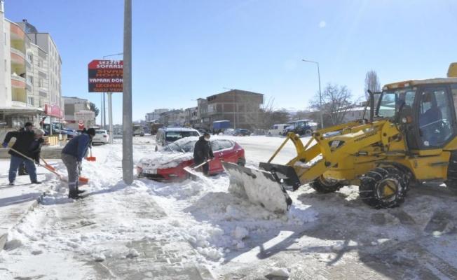 Sivas Gürün'de ekipler yolları kardan temizliyor