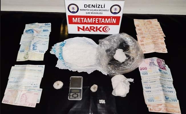 Sokak satıcılarının evinden yüklü miktarda para ve uyuşturucu madde çıktı