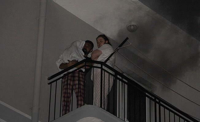 Yangına uykuda yakalanarak balkona sığınan aileye komşuları sahip çıktı