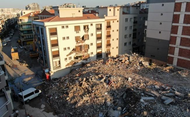 Ağır hasarlı bina yıkım esnasında çöktü: Hasar gören yandaki bina mühürlendi