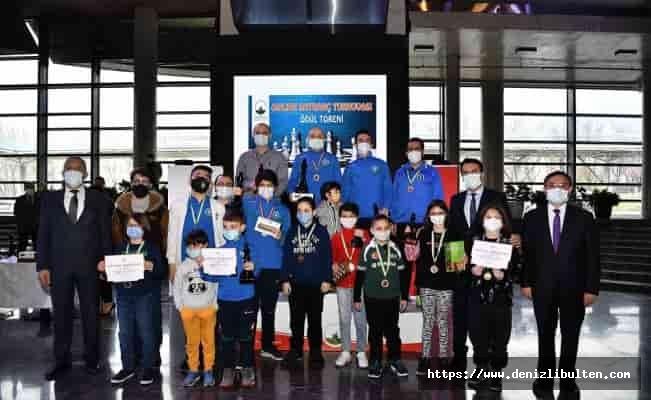 Bursa Osmangazi Belediyesi'nin online satranççıları ödüllerine kavuştu