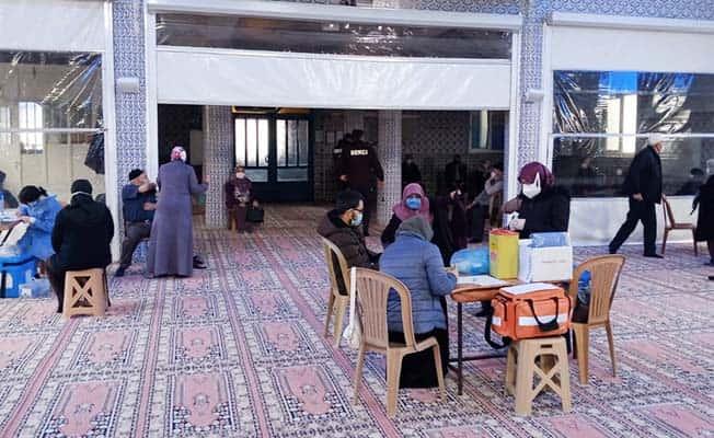 Merkeze uzak 65 yaş üstü vatandaşlar için camilerde aşılama yapıldı
