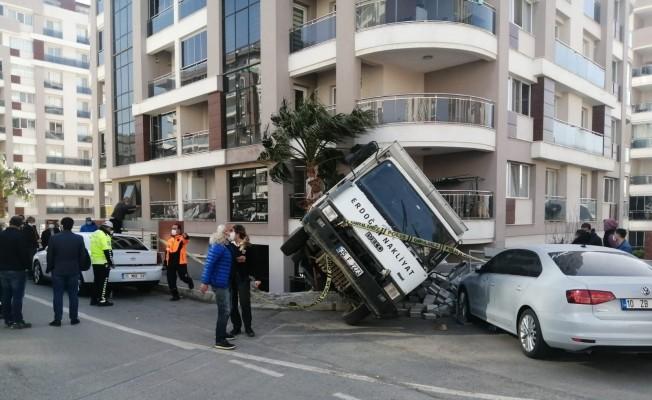 Freni patlayan kamyon iki aracı biçti, istinat duvarını yıktı
