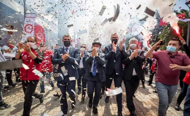 Büyükşehir Belediyesi çalışanları 1 Mayıs'ı toplu sözleşmeyle kutladı
