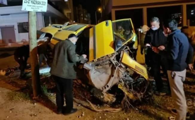 Elektrik direğine çarpan sürücü hayatını kaybetti