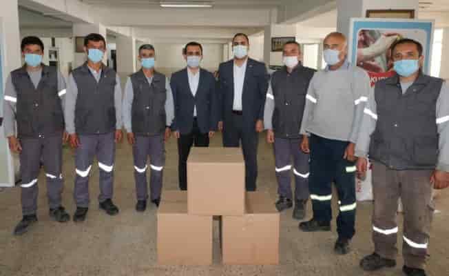 İzmir Bergama'da işçilere gıda yardımı