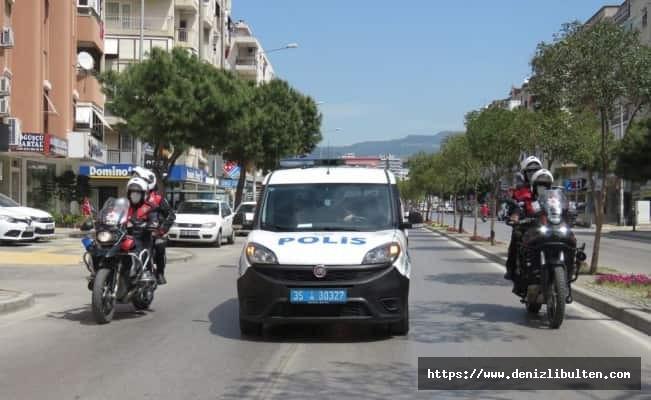 İzmir polisi, bayramı evde kutlayan çocukları unutmadı