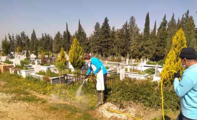 Manisa'da bayram öncesi mezarlıklarda hummalı çalışma