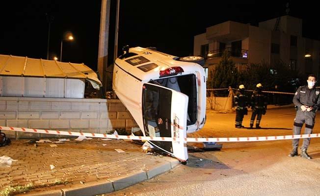 Takla atıp metrelerce sürüklenen otomobil duvarda asılı kaldı: 1 ölü, 1 yaralı