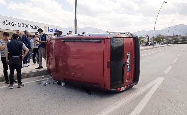 Yan yatan aracın sürücüsünü vatandaşlar kurtardı