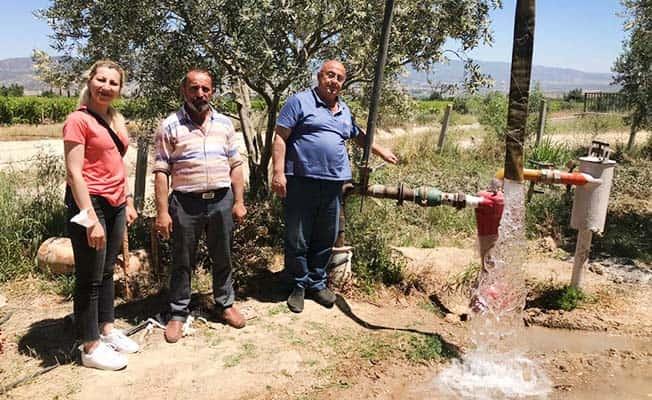 Buldan'da çiftçiler bahçelerini güneşten yararlanarak suluyor