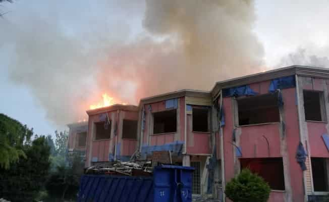 İzmir'de anaokulu çatısı alev alev yandı