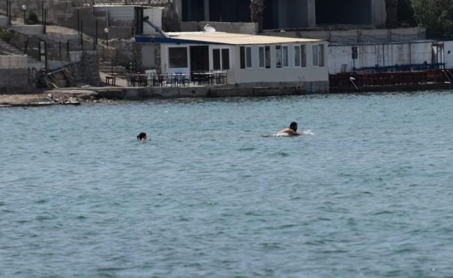 Kısıtlama dinlemediler, tenha yerlerde denizin keyfini yaşadılar