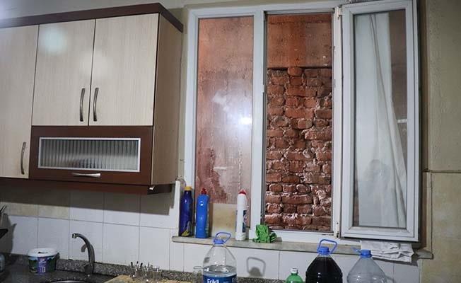 Kumar oynarken basılınca mutfak penceresinden kaçıp çatıya çıktılar