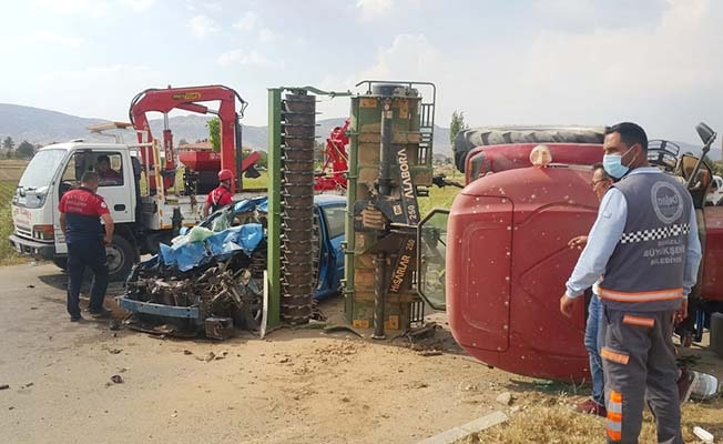Otomobil traktöre bağlı tarım aletine çarptı: 5 yaralı