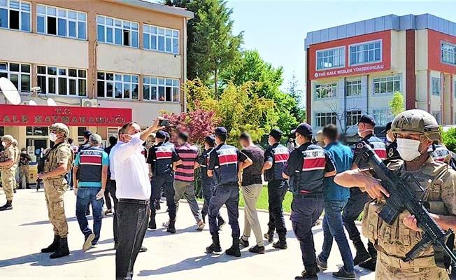 Şafak operasyonuyla yakalanan 14 uyuşturucu taciri komandolar nezaretinde adliyeye sevk edildi
